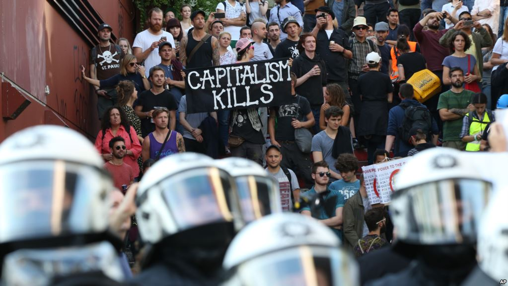 "Protesters demonstrate against the G20 Summit during the demonstration ""G20 Welcome to hell""†in Hamburg, 06 July 2017. The G20 Summit of the heads of government and state takes place on 7 and 8 July 2017 in Hamburg. Photo: Bodo Marks/dpa"
